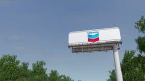 Guidando verso il tabellone per le affissioni di pubblicità con il logo di Chevron Corporation 3D editoriale che rende clip 4K royalty illustrazione gratis