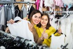 Guide de consultation de mère et de fille dans le téléphone photos stock