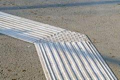 Guide del marciapiede per i ciechi Ciottoli concreti gialli sulla gente di cecità del passaggio pedonale fotografia stock libera da diritti