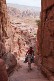 Guide local de Jordanin explorant les ruines de PETRA antique, Jordanie image stock