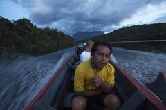 Guide local se reposant en parc national de Canaima de bateau Photographie stock libre de droits