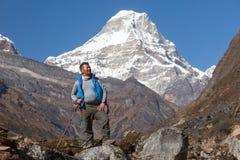 Guide népalais de l'Himalaya de haute altitude recherchant Images stock