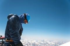 Guide professionnel - grimpeur sur le sommet couvert de neige du volcan de sommeil d'Elbrus images libres de droits
