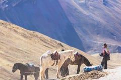 Guide sur des montagnes d'arc-en-ciel images stock