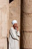 Guide touristique égyptien dans le temple de Louxor, Egypte Image stock