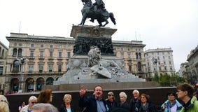 Guide touristique et groupe expressifs de touristes images libres de droits