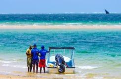 Guide turistiche locali e vista di oceano sabbiosa nel Mozambico Immagine Stock