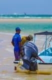 Guide turistiche locali e vista di oceano sabbiosa nel Mozambico Fotografia Stock Libera da Diritti