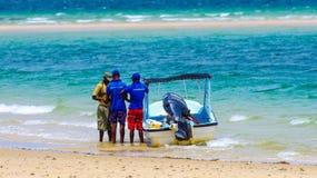 Guide turistiche locali e vista di oceano sabbiosa nel Mozambico Immagine Stock Libera da Diritti