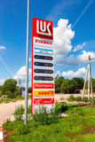 Guidez le signe, indiqué le prix du carburant sur la station service Photo stock