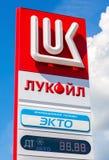 Guidez le signe, indiqué le prix du carburant sur la station service L Image libre de droits