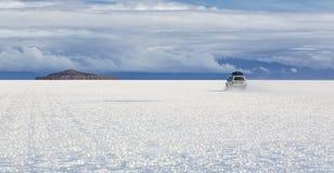 Guidi ad Isla Incahuasi a Salt Lake Uyuni & x28; bolivia& x29; Fotografia Stock
