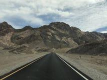 Guidi attraverso il deserto fotografie stock
