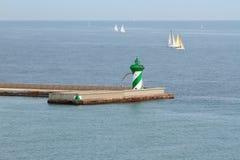 Guidi sugli yacht della navigazione e del pilastro in mare Fotografia Stock