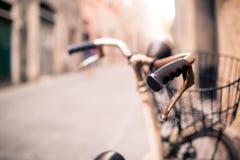 Guidon de bicyclette de ville, vélo au-dessus de beau backgr brouillé de bokeh Photos libres de droits