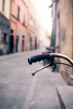Guidon de bicyclette de ville, vélo au-dessus de beau backgr brouillé de bokeh Photo stock