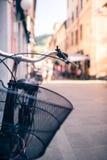 Guidon de bicyclette de ville, vélo au-dessus de beau backgr brouillé de bokeh Photographie stock