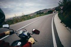 Guidon POV de moto sur la route de route Photographie stock