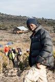 Guie a condução caminhando turistas na montanha Foto de Stock Royalty Free
