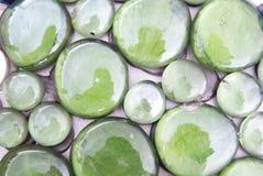 Guijarros brillantes verdes/fondo Foto de archivo