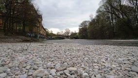 Guijarros de la cama de río de Isar en Munich Foto de archivo