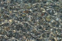 Guijarros en el mar bajo Imagen de archivo