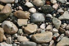 Guijarros en una playa imagenes de archivo