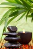 Guijarros equilibrados y vela aromatherapy Imagen de archivo libre de regalías