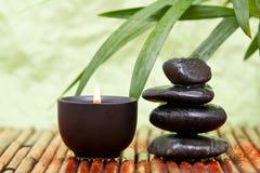 Guijarros equilibrados y vela aromatherapy Imagen de archivo