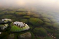 Guijarros verdes en el mar Fotografía de archivo