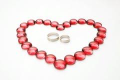 Guijarros y anillos de bodas de cristal Fotografía de archivo libre de regalías