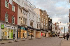 Guildford, Великобритания - 21-ое марта 2018: Дом универмага Fraser видно магазин в главной улице Стоковое Фото