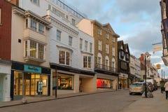 Guildford, Великобритания - 21-ое марта 2018: Дом универмага Fraser видно магазин в главной улице Стоковые Фотографии RF