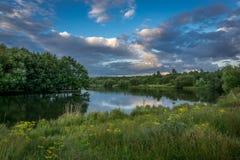 Guildford sjö under sommarafton Arkivfoto