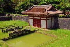 Guilding, pont et étang de temple Image stock