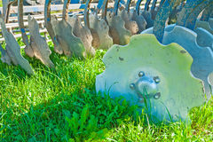 Guilhotina agrícola do equipamento para o campo muito perto acima Foto de Stock Royalty Free