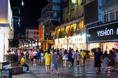 GUILIN, ΚΊΝΑ - 11 ΙΟΥΝΊΟΥ 2017: Άνθρωποι στο Zhengyang, διάσημο W Στοκ Φωτογραφία
