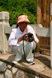 Guilin, China - Juli 16, 2018: Een Chinese vrouwelijke fotograaf die foto's doen tijdens het dalen van Yaoshan-Berg royalty-vrije stock afbeelding