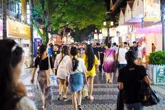 GUILIN, CHINA - JUNI 11, 2017: Mensen in Zhengyang, beroemd w Royalty-vrije Stock Fotografie