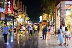 GUILIN, CHINE - 11 JUIN 2017 : Les gens dans le Zhengyang, W célèbre Photo libre de droits