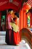 GUILIN, CHINE - 4 NOVEMBRE 2007 : Jeunes couples dans des costumes de chinois traditionnel Images libres de droits