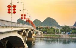 GUILIN CHINY, WRZESIEŃ, - 22, 2016: Most nad Li rzeką w Zdjęcia Stock