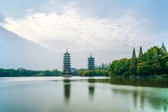 Guilin, Guangxi, Chiny, wczesny poranek, słońce, księżyc, bliźniacze wieże, Kulturalny park fotografia royalty free