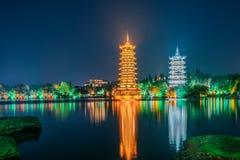 Guilin, il Guangxi, Cina espone al sole le torri gemelle della luna parcheggia fotografie stock libere da diritti