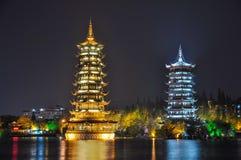 Guilin Pagodas de Sun y de la luna en el lago imagenes de archivo