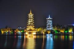 Guilin Pagoden van Zon en Maan bij nacht Royalty-vrije Stock Fotografie