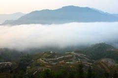 Guilin-Terrasse mit Nebel Lizenzfreies Stockfoto