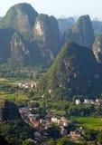 Guilindorp bij zonsondergang van de berg van de Maanheuvel Yangshuo, China, Azië Royalty-vrije Stock Foto