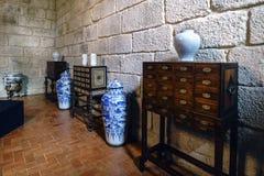 Guimaraes Πορτογαλία 14 Αυγούστου 2017: Επίδειξη των γραφείων με τα μεσαιωνικά συρτάρια και των βάζων της Κίνας σε ένα δωμάτιο το Στοκ φωτογραφία με δικαίωμα ελεύθερης χρήσης
