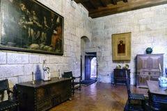 guimaraes Португалия 14-ое августа 2017: угол офиса в дворце герцогов Braganza с средневековой мебелью и rel Стоковые Фото